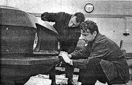 """Дизайнеры за работой над макетомГАЗ-24 """"Волга"""", Л.И.Циколенко (справа) и Н.И.Киреев (слева), 1968 год"""